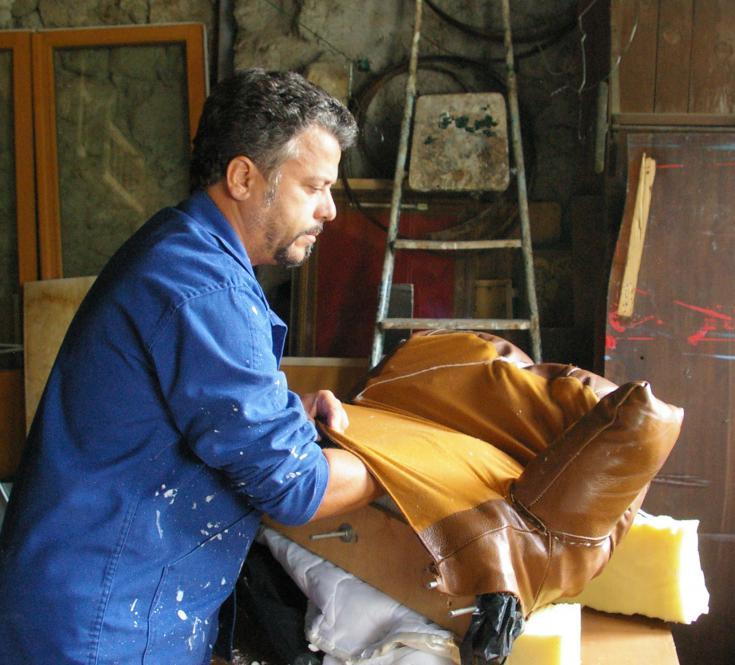 exécution du gant de boxe, en cuir, métal et mousse pour *Tenu par les cerises*